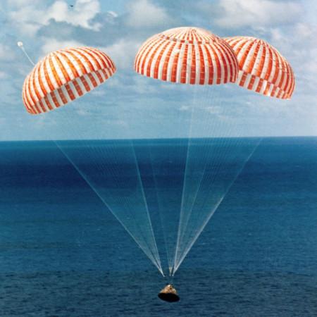un des panneaux de l'exposition de l'AFA sur les missions apollo parachutes