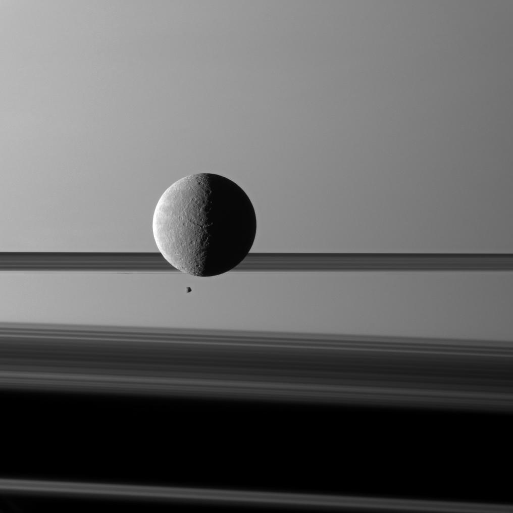 Lunes devant Saturne