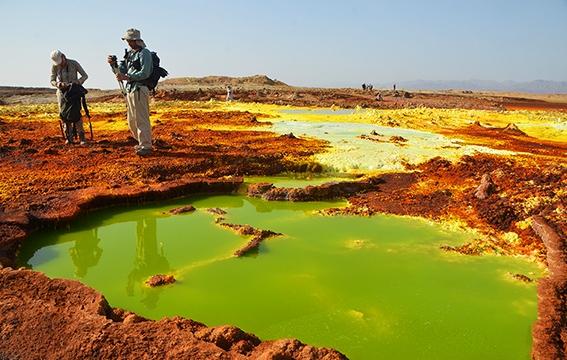 sites naturels colorés grâce au soufre et au sel